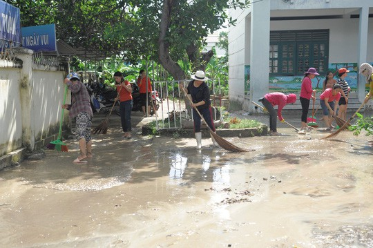 Nha Trang: Teachers welcome 20-11 in the mud, the dead are still rising - Picture 3.