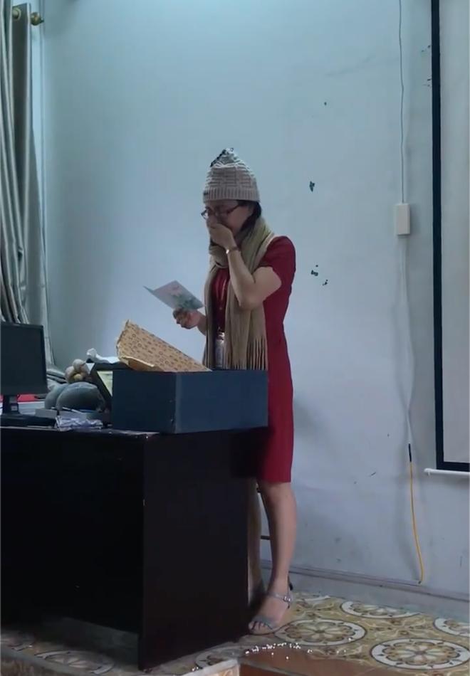 Clip: Cô giáo mít ướt bật khóc trên bục giảng vì quá xúc động khi nhận quà 20/11 - Ảnh 2.