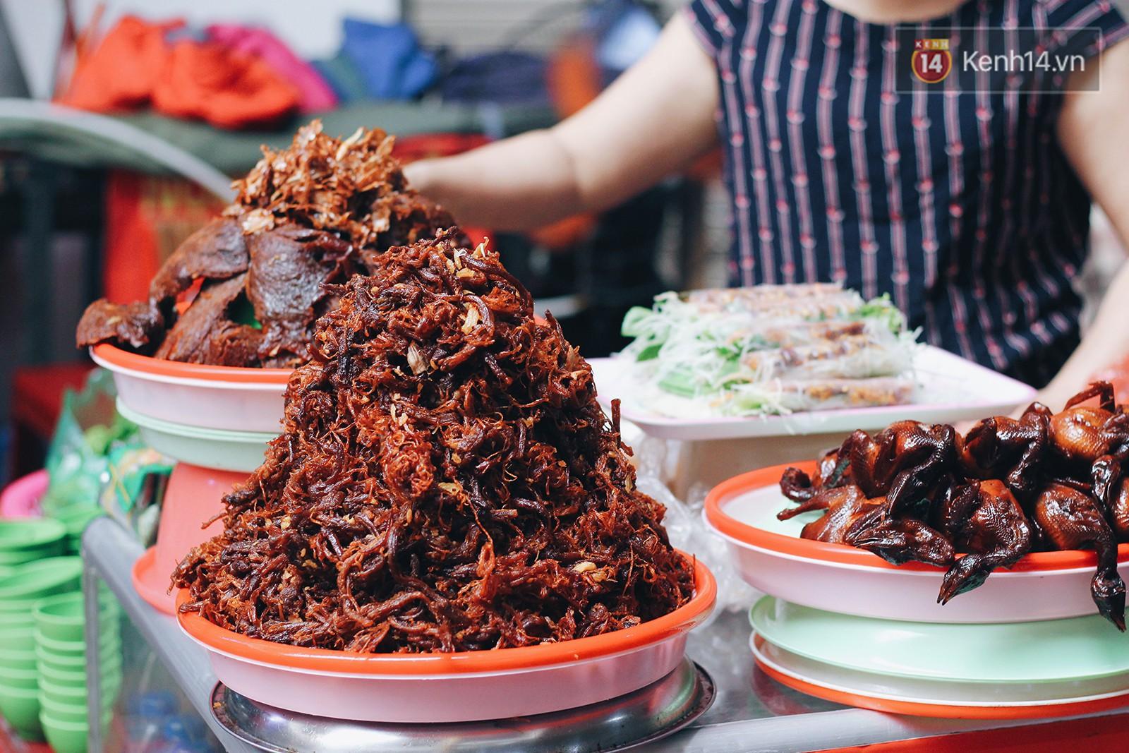 Bên trong khu chợ khét tiếng của Hà Nội là cả một thiên đường ăn uống từ món ăn vặt đến ăn no - Ảnh 7.