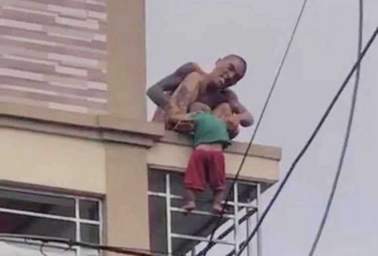 A young man holding a child over 1 year from the second floor to the ground, Forever to make honorable people - Picture 2.
