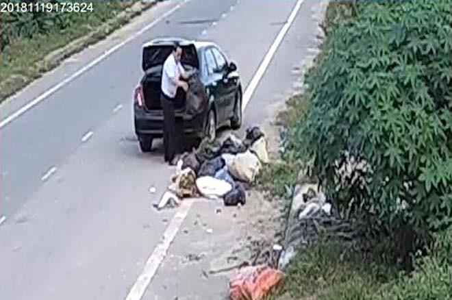 Cựu cán bộ phòng LĐTBXH đi ô tô đổ rác ra đường thanh minh đang dọn nhà nên nhiều rác - Ảnh 3.