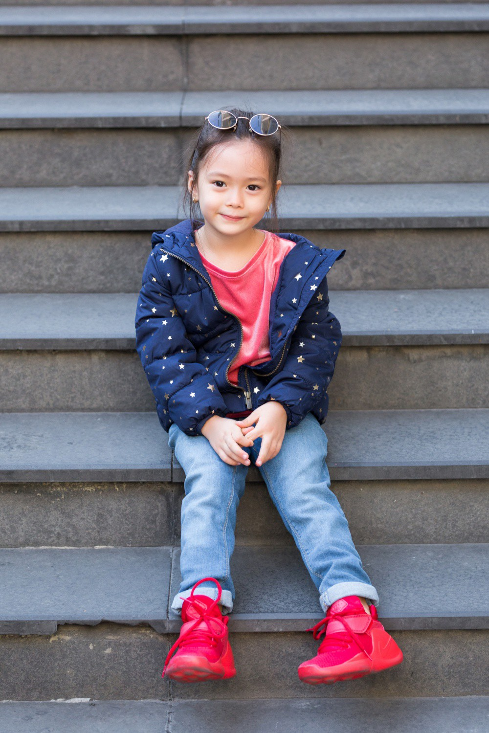 """Con gái Đoan Trang mới 4 tuổi đã ra dáng fashionista nhí, cùng bố mẹ thực hiện bộ ảnh mới cực """"chất"""" - Ảnh 2."""
