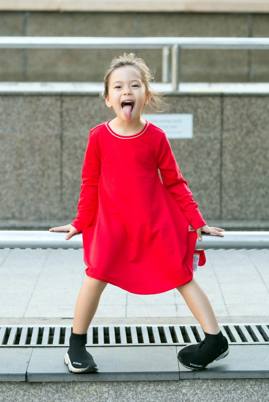"""Con gái Đoan Trang mới 4 tuổi đã ra dáng fashionista nhí, cùng bố mẹ thực hiện bộ ảnh mới cực """"chất"""" - Ảnh 4."""