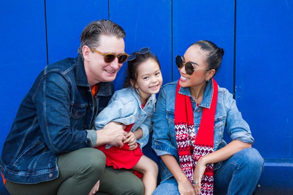 """Con gái Đoan Trang mới 4 tuổi đã ra dáng fashionista nhí, cùng bố mẹ thực hiện bộ ảnh mới cực """"chất"""" - Ảnh 8."""