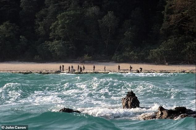 """Gặp bộ lạc """"thấy người lạ là giết"""", thanh niên Mỹ nhận kết cục bi thảm 6465360-6413235-image-a-81542794307224-1542894667748433020963"""