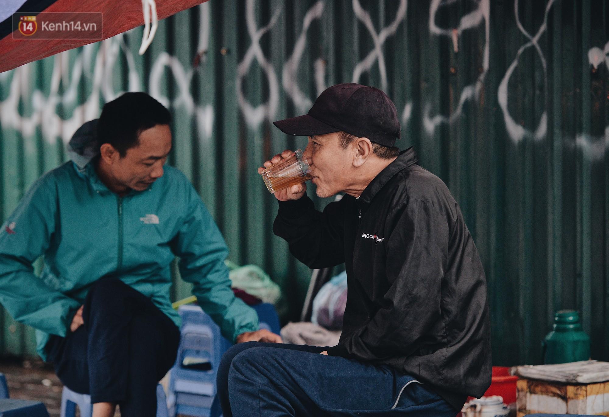 Chùm ảnh: Sau một đêm trở gió Hà Nội mưa lạnh xuống đến 17 độ C, người dân co ro ra đường - Ảnh 4.