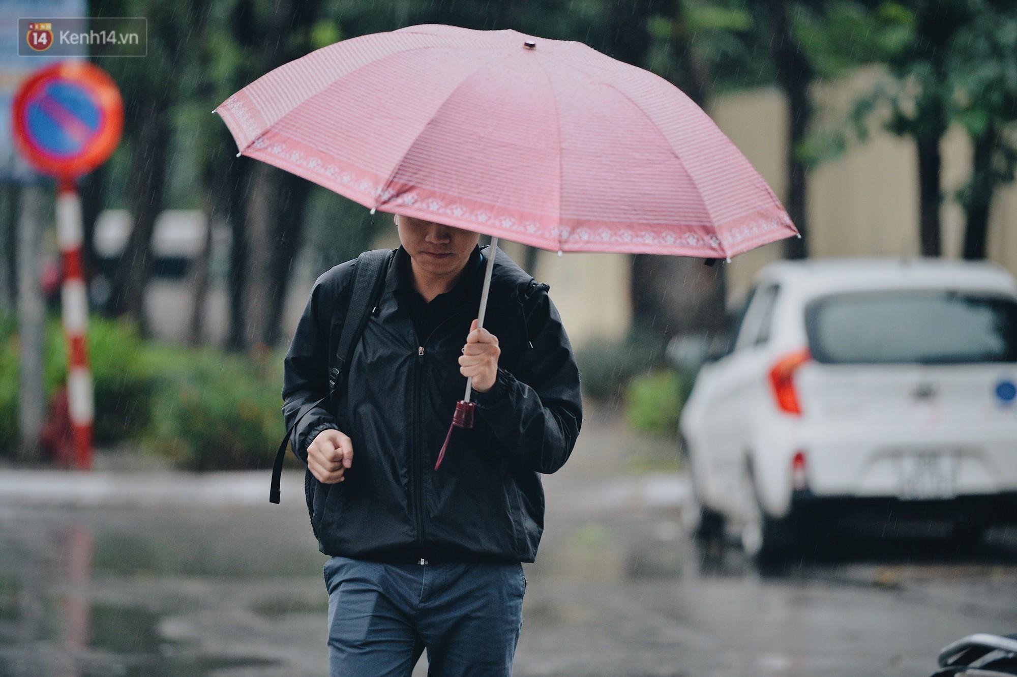 Chùm ảnh: Sau một đêm trở gió Hà Nội mưa lạnh xuống đến 17 độ C, người dân co ro ra đường - Ảnh 3.