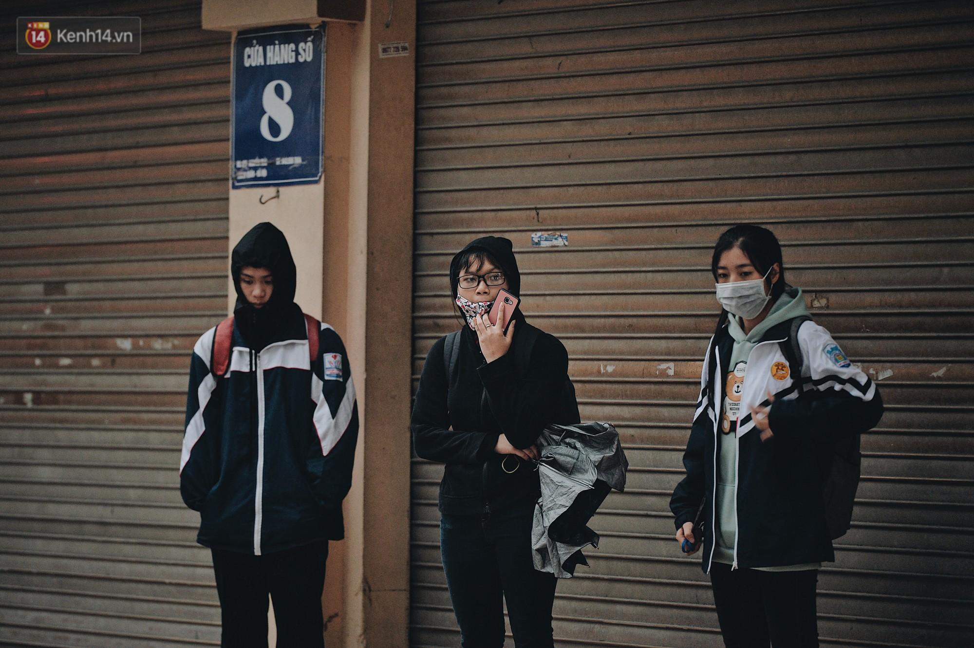 Chùm ảnh: Sau một đêm trở gió Hà Nội mưa lạnh xuống đến 17 độ C, người dân co ro ra đường - Ảnh 7.