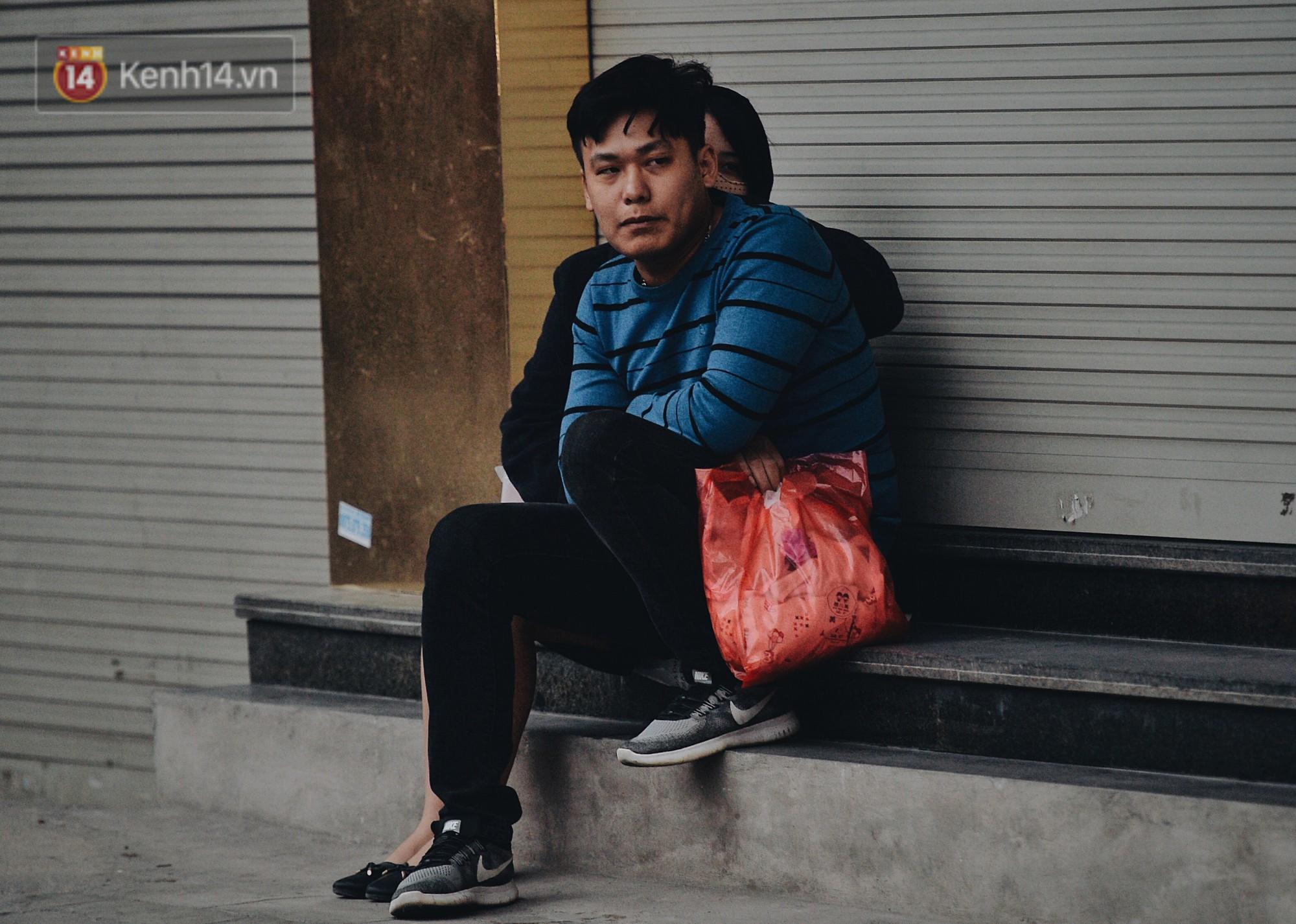 Chùm ảnh: Sau một đêm trở gió Hà Nội mưa lạnh xuống đến 17 độ C, người dân co ro ra đường - Ảnh 8.