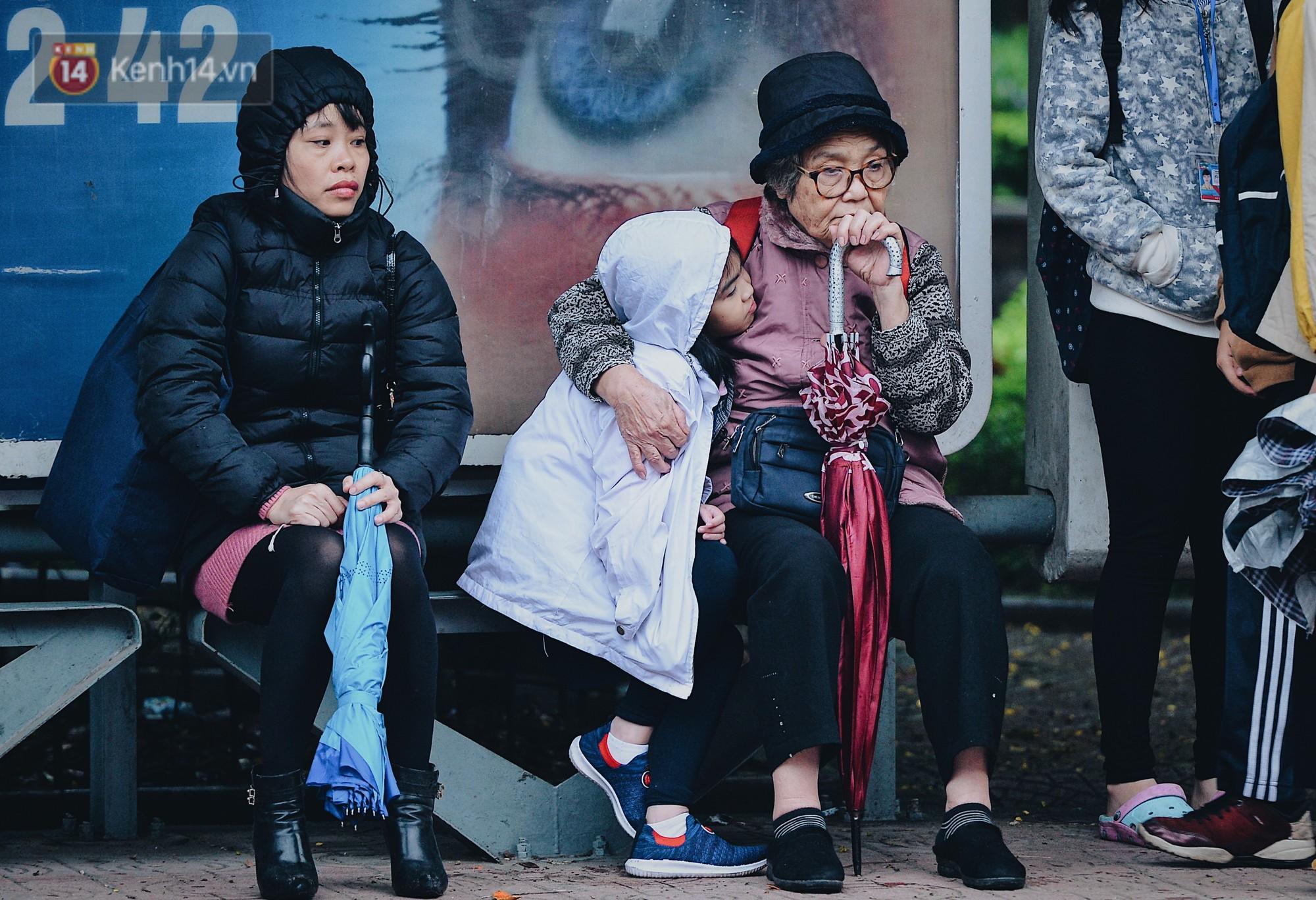 Chùm ảnh: Sau một đêm trở gió Hà Nội mưa lạnh xuống đến 17 độ C, người dân co ro ra đường - Ảnh 10.