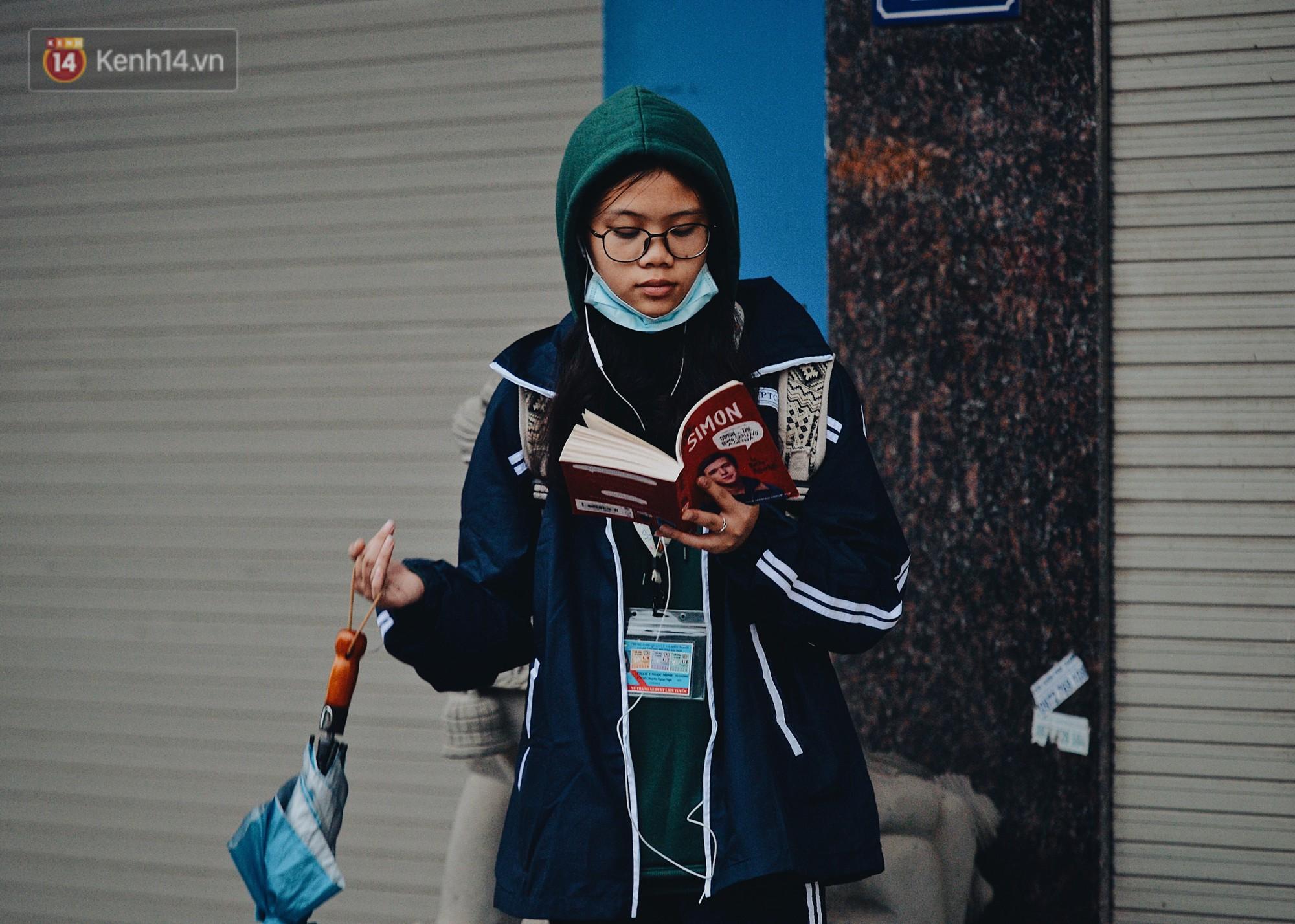 Chùm ảnh: Sau một đêm trở gió Hà Nội mưa lạnh xuống đến 17 độ C, người dân co ro ra đường - Ảnh 11.