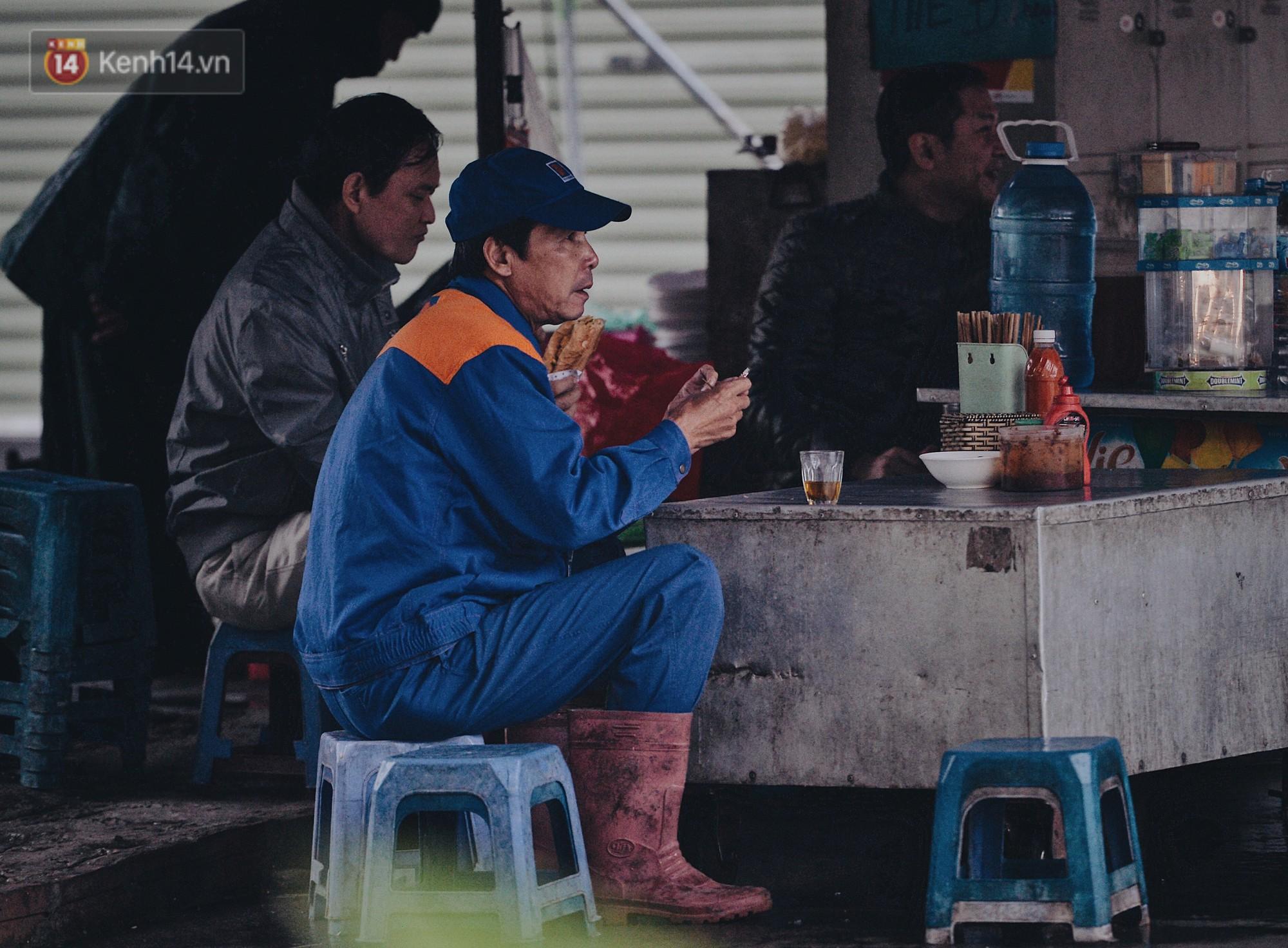Chùm ảnh: Sau một đêm trở gió Hà Nội mưa lạnh xuống đến 17 độ C, người dân co ro ra đường - Ảnh 12.