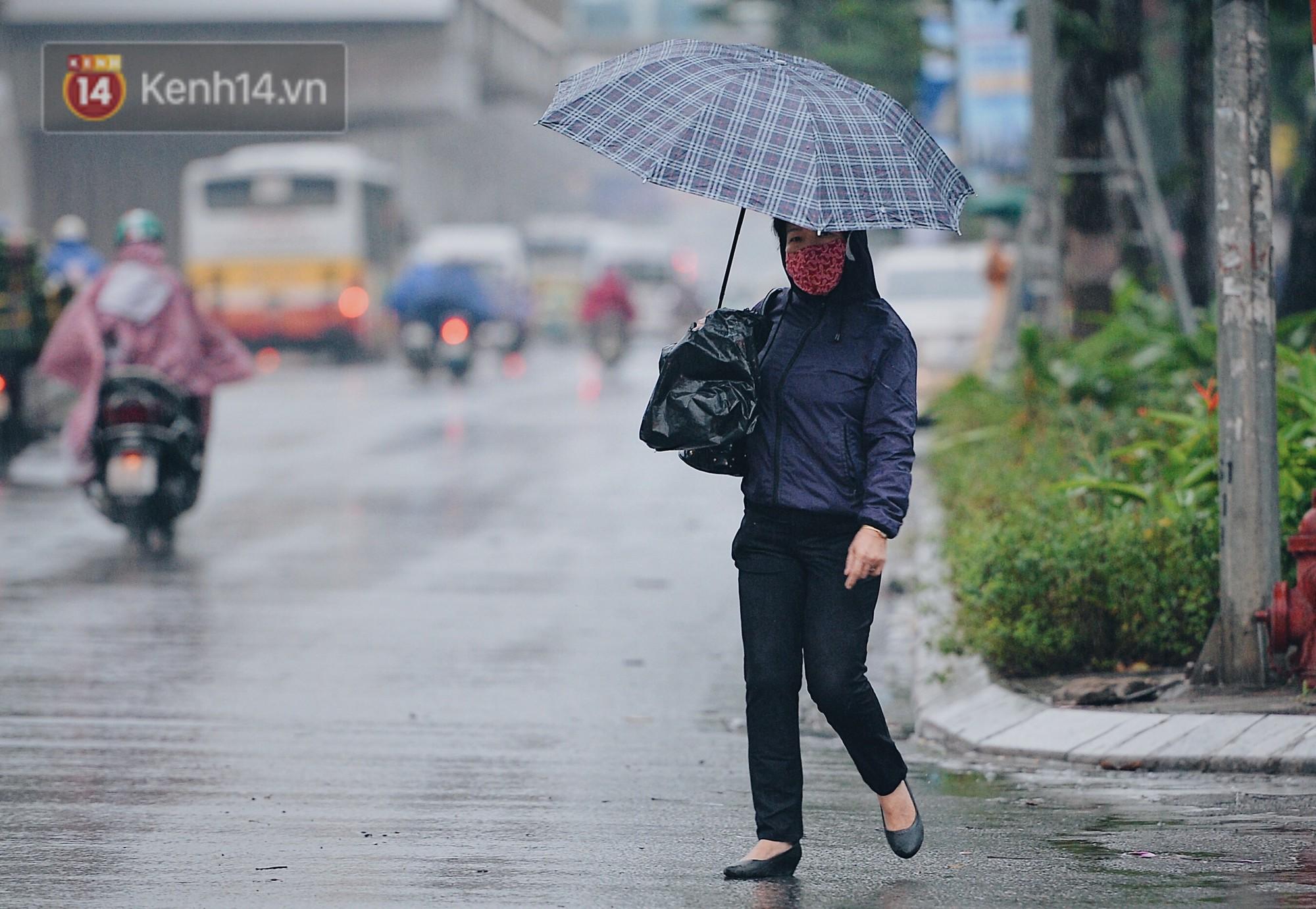 Chùm ảnh: Sau một đêm trở gió Hà Nội mưa lạnh xuống đến 17 độ C, người dân co ro ra đường - Ảnh 13.