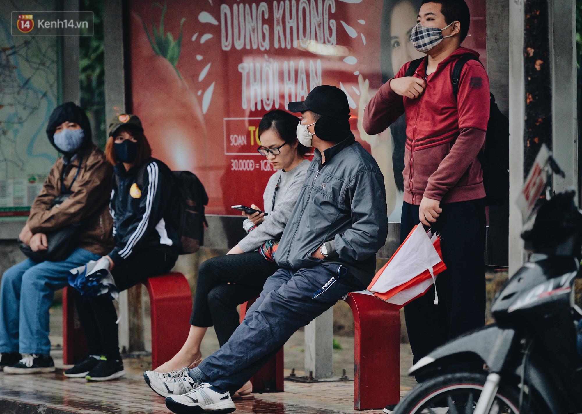 Chùm ảnh: Sau một đêm trở gió Hà Nội mưa lạnh xuống đến 17 độ C, người dân co ro ra đường - Ảnh 14.