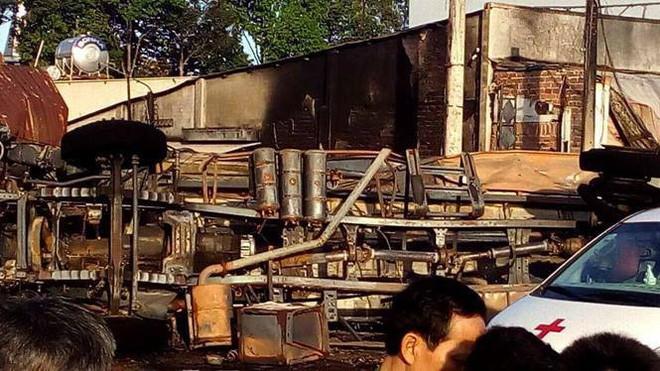 Thông tin chính thức vụ xe bồn chở xăng lao vào nhà dân khiến 6 người chết, 19 căn nhà cháy rụi - Ảnh 3.