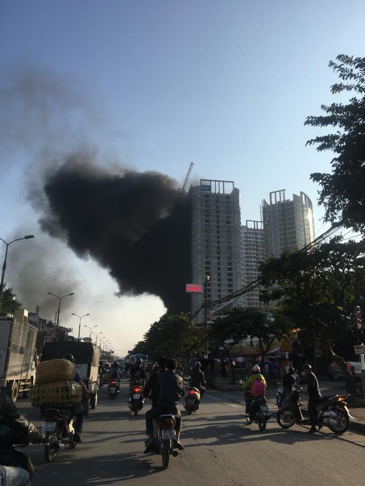 Cột khói mù mịt khiến nhiều người hoảng sợ. Ảnh: Facebook Phúc Trương.