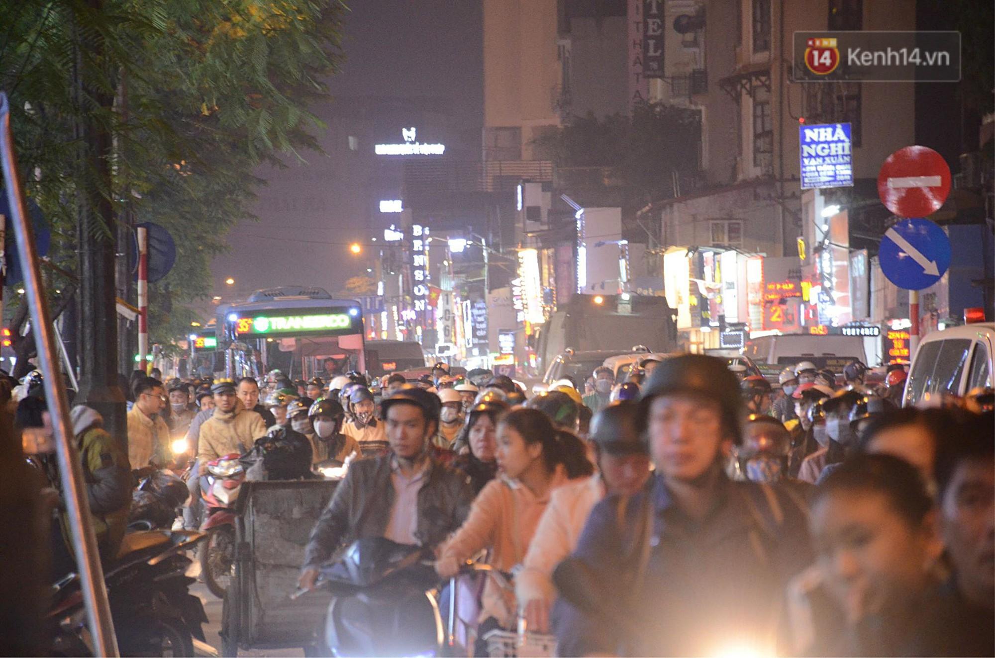 Tối ngày Black Friday ở Hà Nội: Đường phố tắc nghẽn vì bão sale chưa hạ nhiệt - Ảnh 16.
