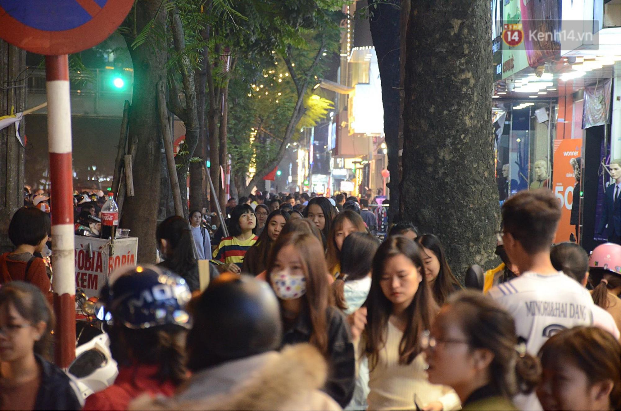 Tối ngày Black Friday ở Hà Nội: Đường phố tắc nghẽn vì bão sale chưa hạ nhiệt - Ảnh 13.