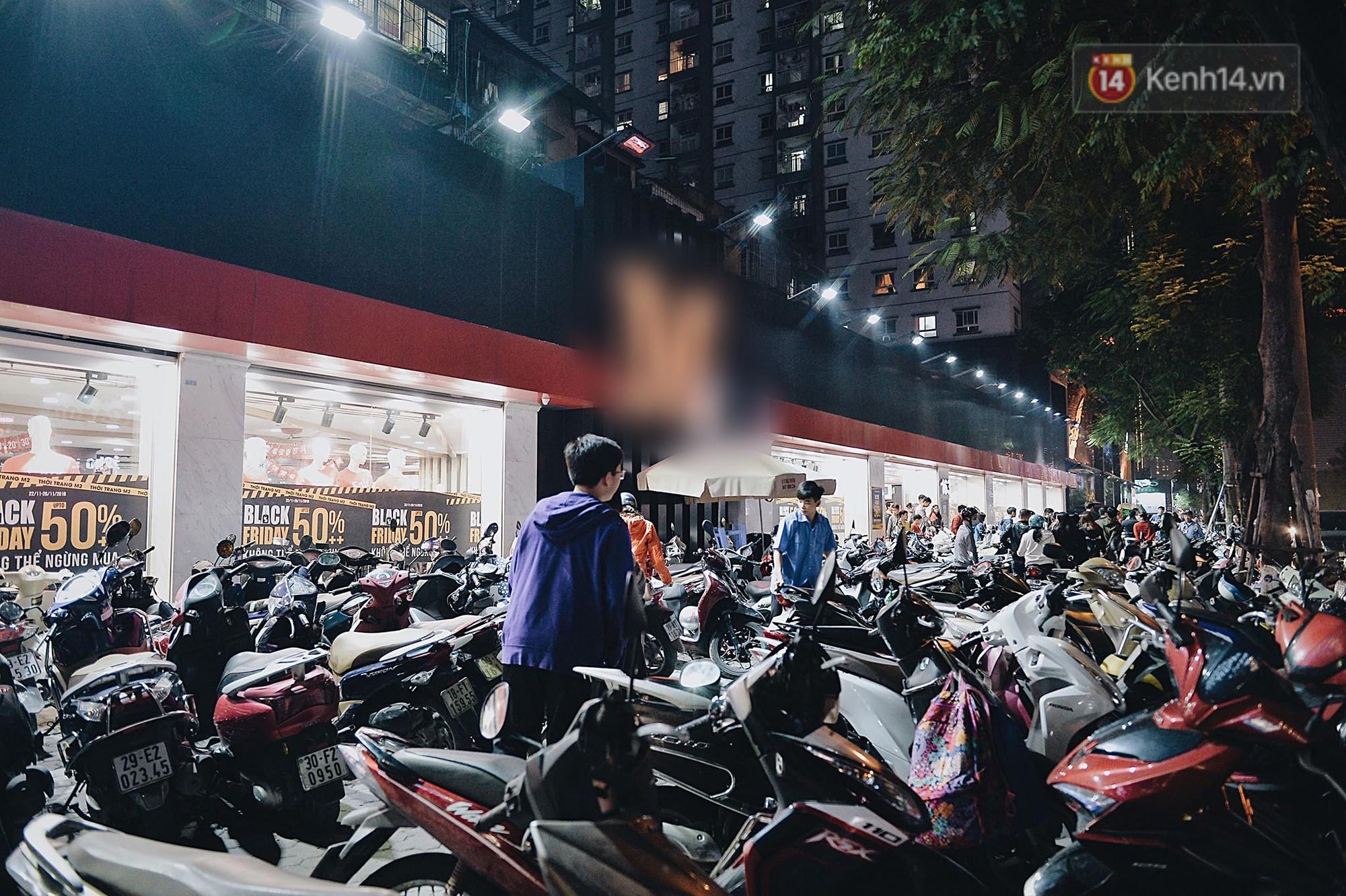 Tối ngày Black Friday ở Hà Nội: Đường phố tắc nghẽn vì bão sale chưa hạ nhiệt - Ảnh 1.