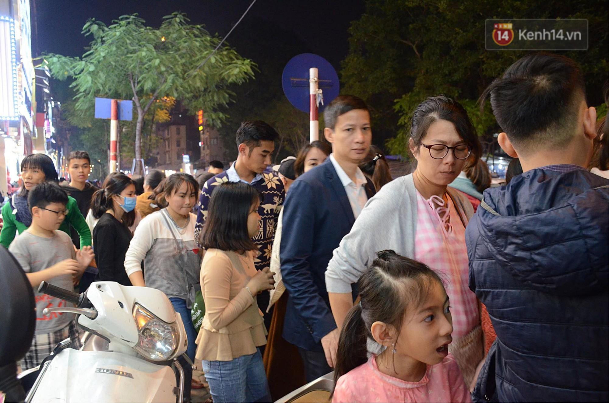 Tối ngày Black Friday ở Hà Nội: Đường phố tắc nghẽn vì bão sale chưa hạ nhiệt - Ảnh 15.