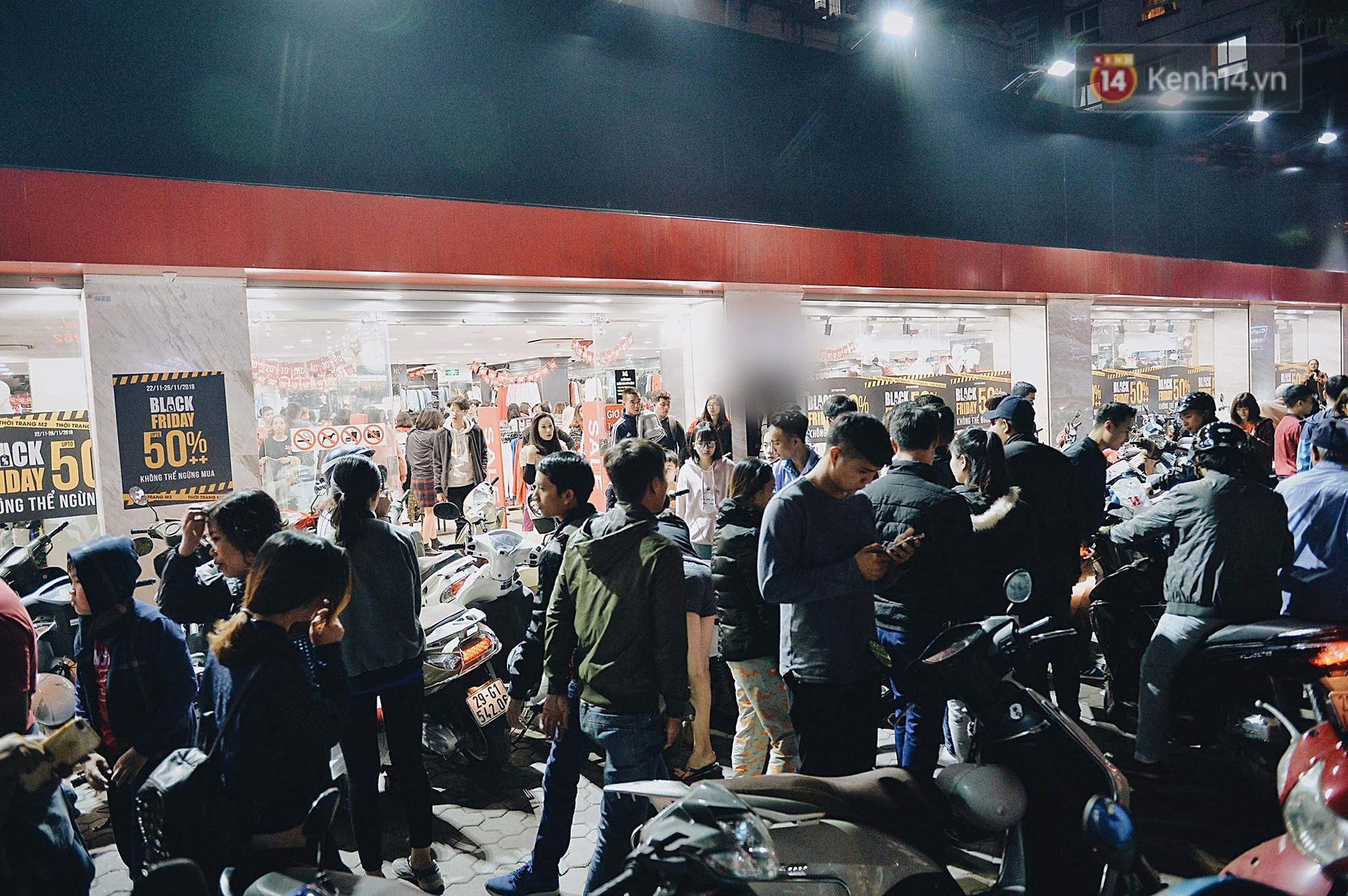 Tối ngày Black Friday ở Hà Nội: Đường phố tắc nghẽn vì bão sale chưa hạ nhiệt - Ảnh 4.