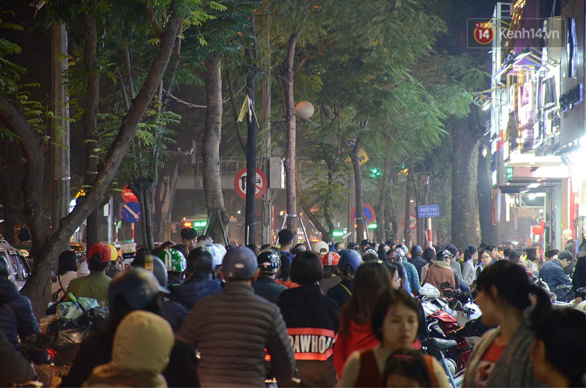 Tối ngày Black Friday ở Hà Nội: Đường phố tắc nghẽn vì bão sale chưa hạ nhiệt - Ảnh 17.