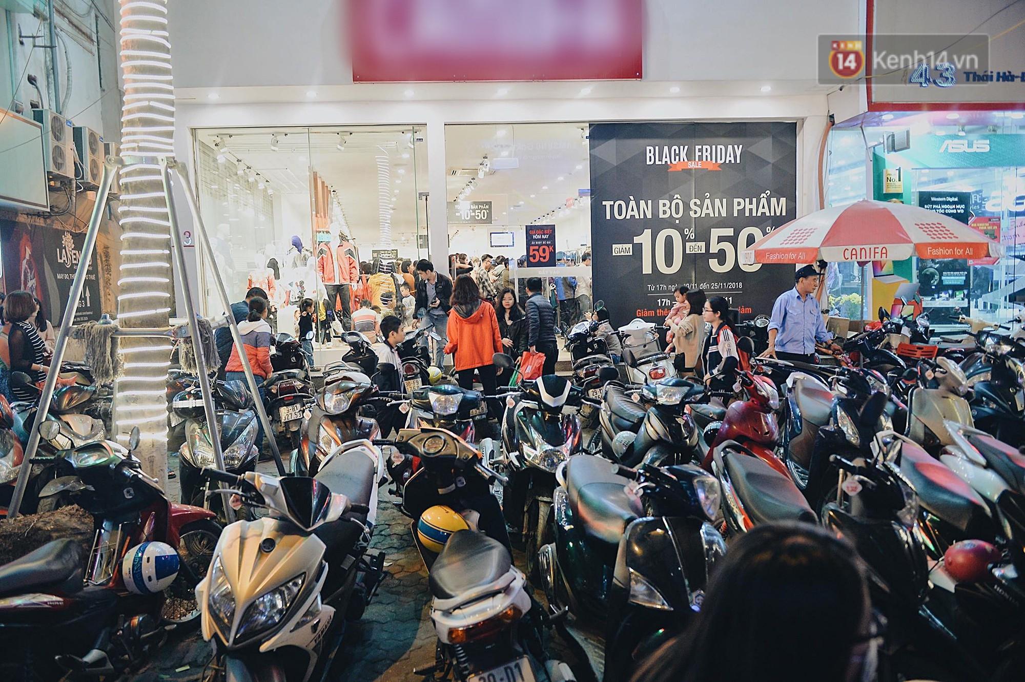 Tối ngày Black Friday ở Hà Nội: Đường phố tắc nghẽn vì bão sale chưa hạ nhiệt - Ảnh 3.