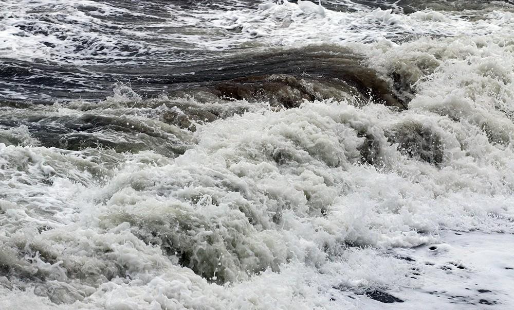 Du khách bất chấp cảnh báo, liều lĩnh tắm biển Vũng Tàu trước giờ bão nổi - Ảnh 9.