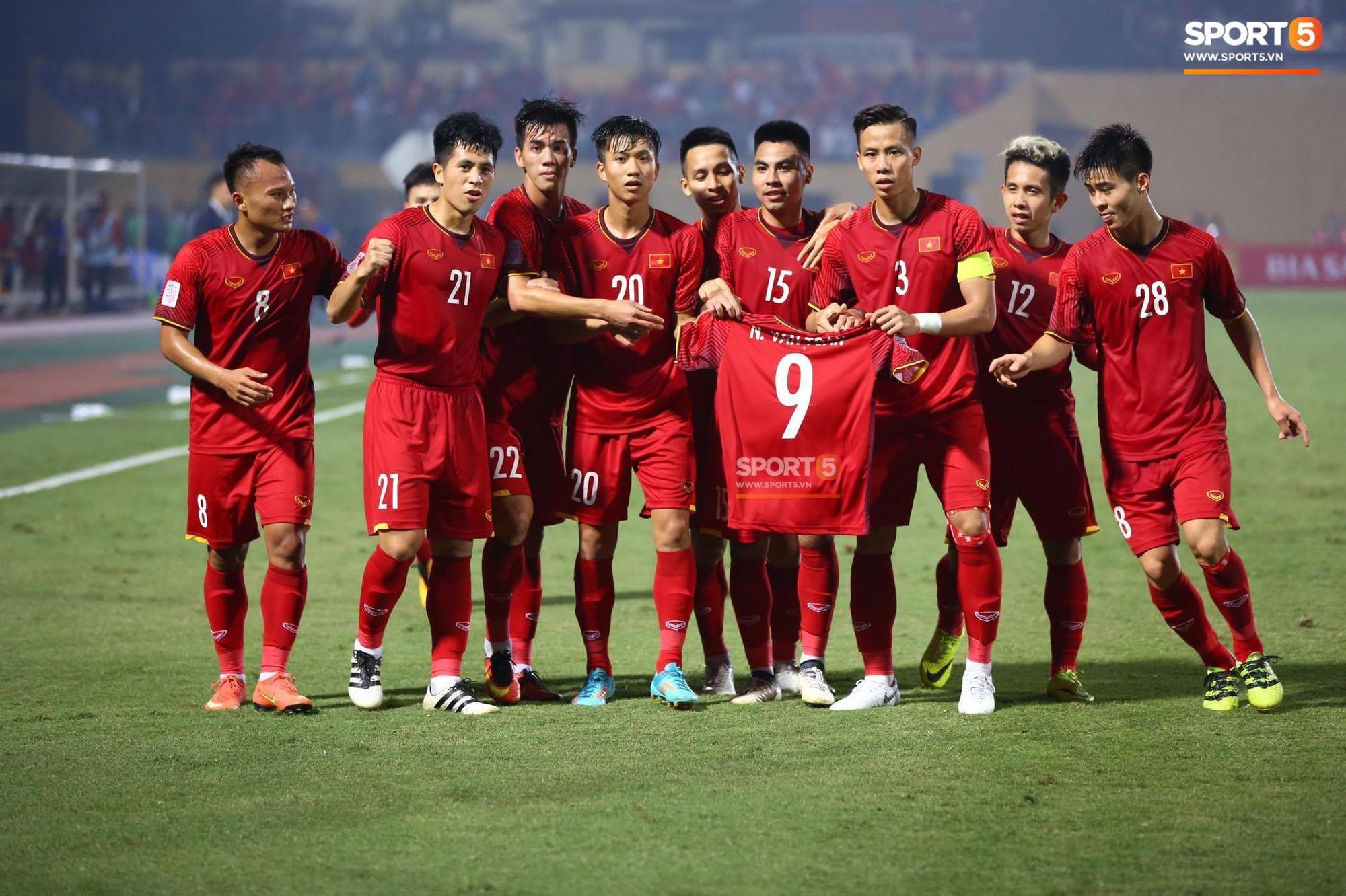 Trước đó, toàn đội ăn mừng bàn thắng vào lưới Campuchia bằng hành động đầy ý nghĩa này! Ảnh: Phương Thảo.