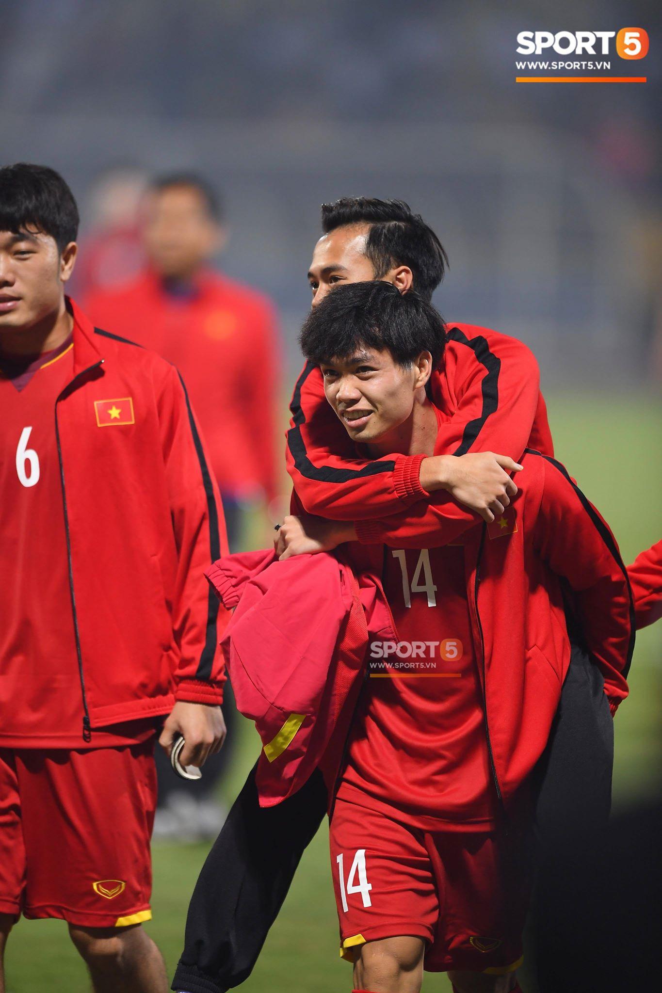 Công Phượng ở cùng phòng với Văn Toàn từ năm 11 tuổi, khi mới lên học viện HAGL. Sau trận đấu với Campuchia, Phượng chạy tới cõng Văn Toàn vào phòng thay đồ cùng toàn đội. Ảnh: Tiến Tuấn.