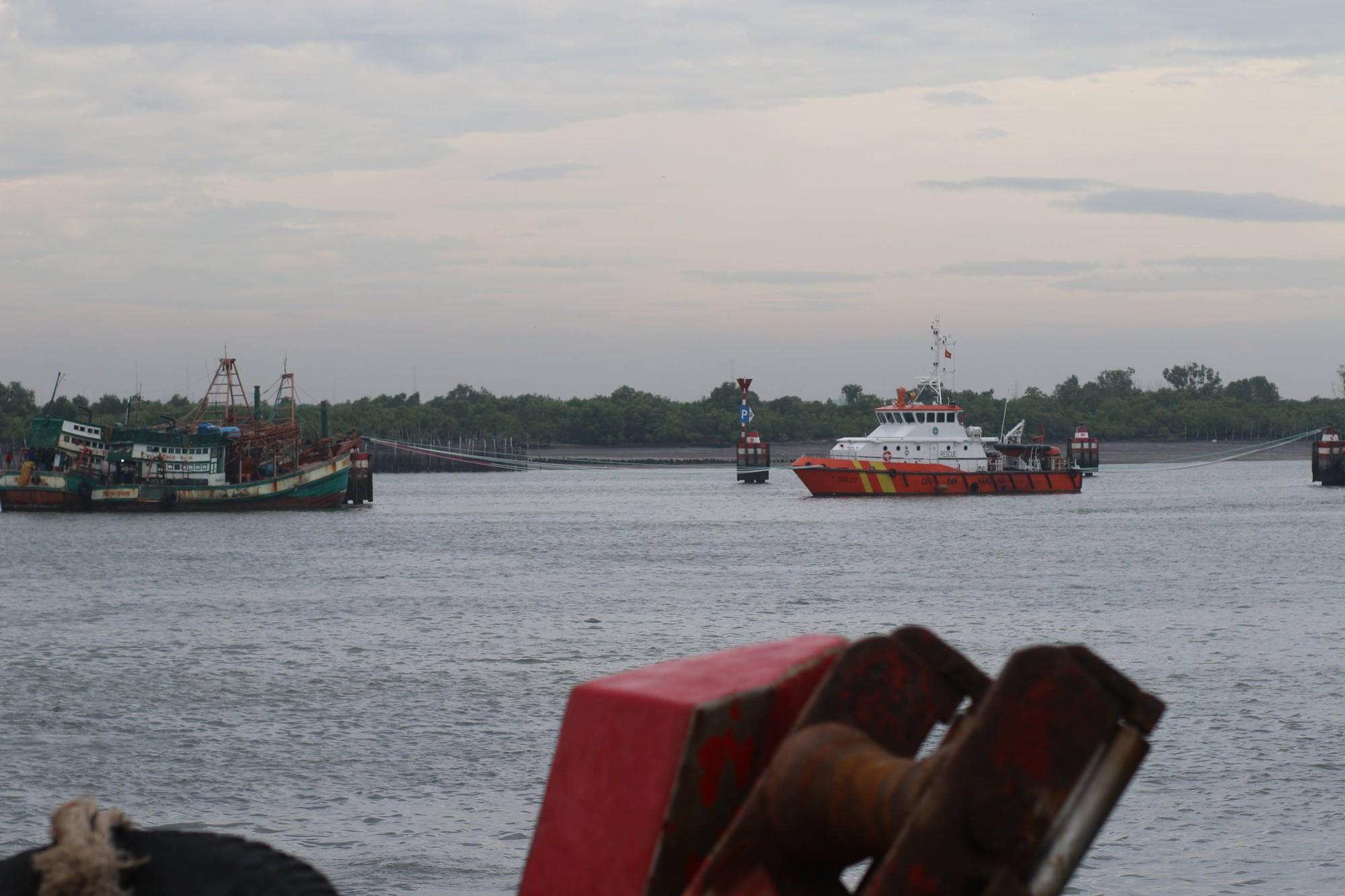 Du khách bất chấp cảnh báo, liều lĩnh tắm biển Vũng Tàu trước giờ bão nổi - Ảnh 8.