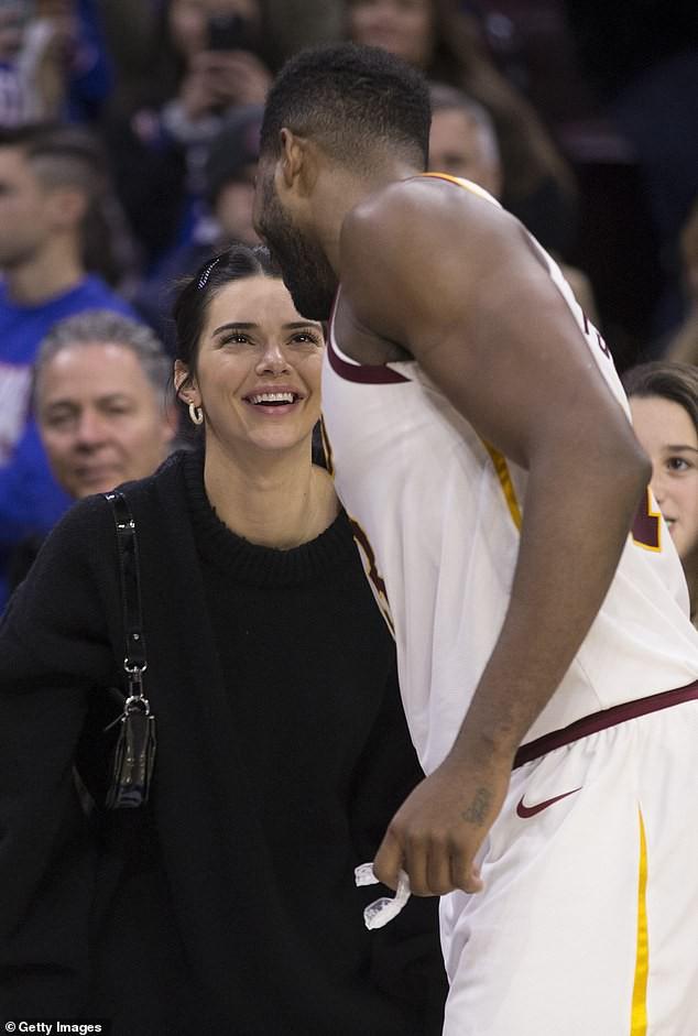 Kỳ lạ như gia đình Kardashian: Kendall Jenner tươi cười cổ vũ cho anh rể từng cắm sừng chị gái - Ảnh 1.