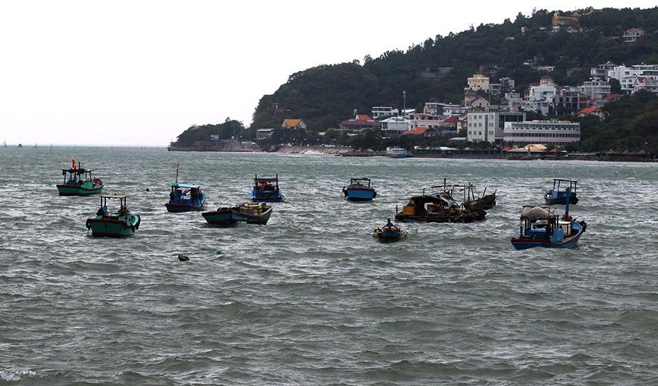 Du khách bất chấp cảnh báo, liều lĩnh tắm biển Vũng Tàu trước giờ bão nổi - Ảnh 13.