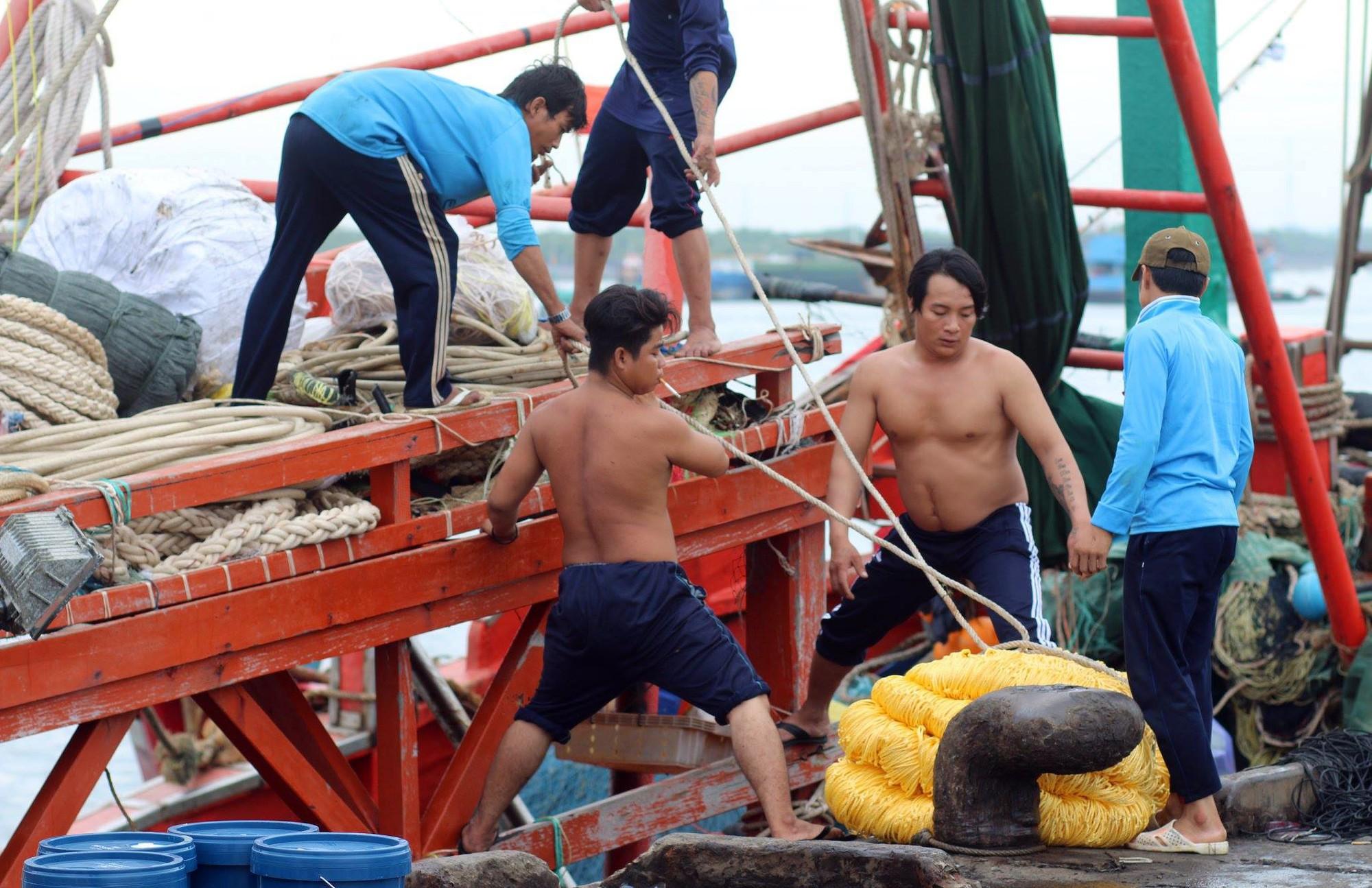 Du khách bất chấp cảnh báo, liều lĩnh tắm biển Vũng Tàu trước giờ bão nổi - Ảnh 3.