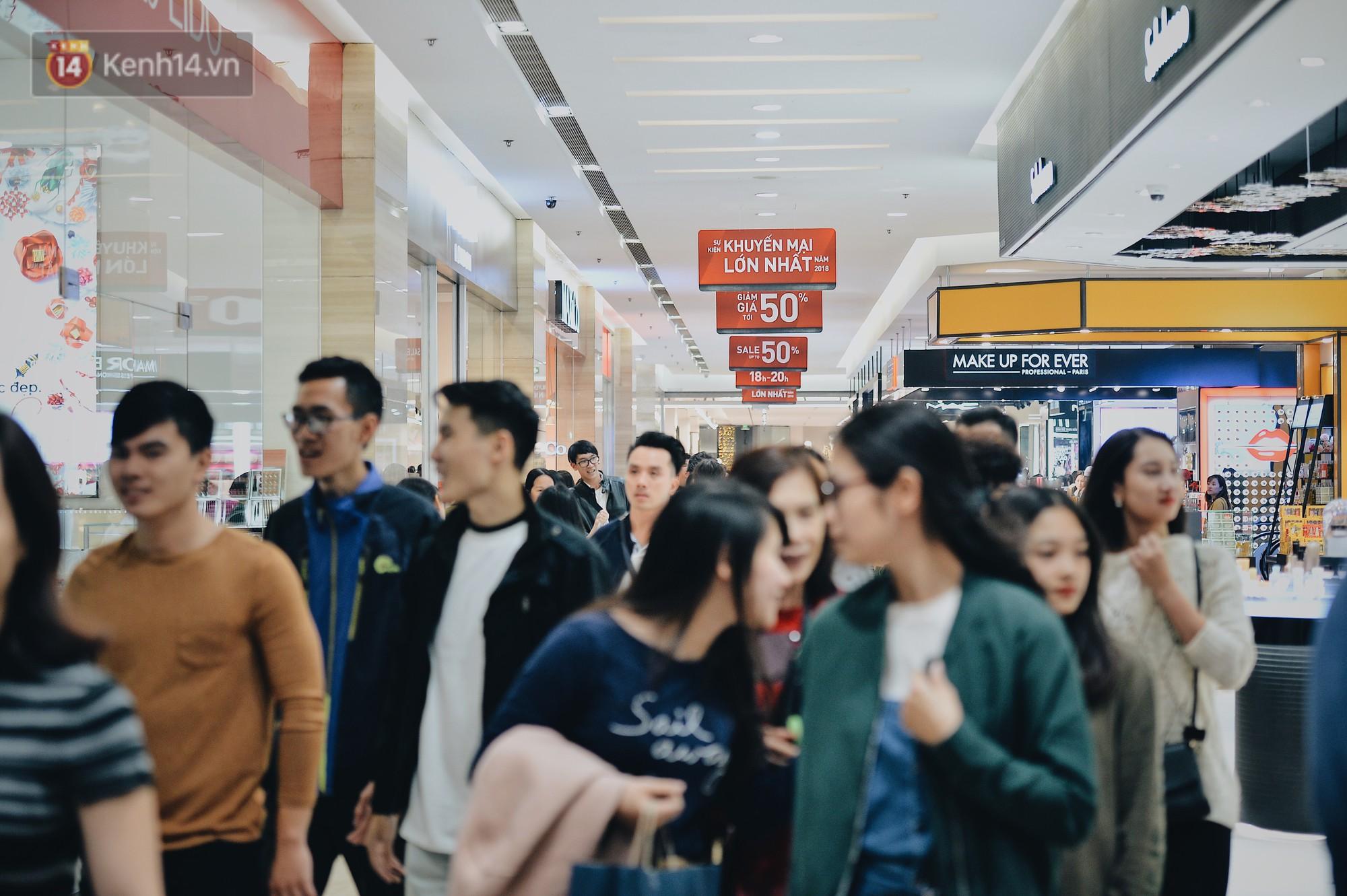 Cơn sốt Black Friday: TTTM ở Hà Nội mở cửa tới nửa đêm, trẻ nhỏ theo chân bố mẹ đi săn sale - Ảnh 1.