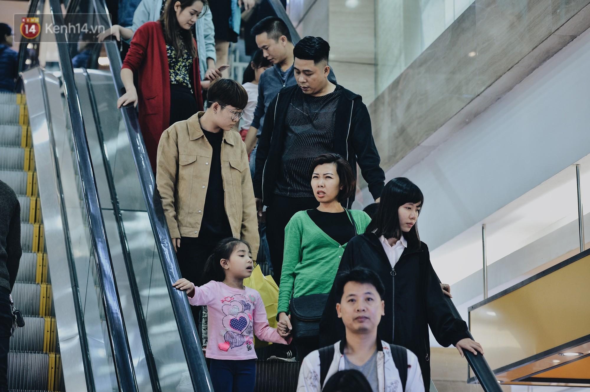 Cơn sốt Black Friday: TTTM ở Hà Nội mở cửa tới nửa đêm, trẻ nhỏ theo chân bố mẹ đi săn sale - Ảnh 4.