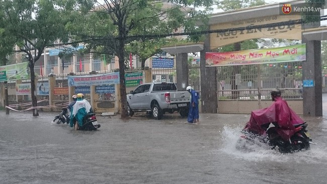 Hàng loạt trường Đại học ở TPHCM cho sinh viên nghỉ học, hoãn thi tránh bão số 9 - Ảnh 2.