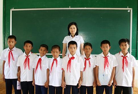 Văn Toàn (giữa) và Công Phượng (ngoài cùng bên phải) có thể hình khá nổi trội so với các bạn trong lớp thời còn đi học.