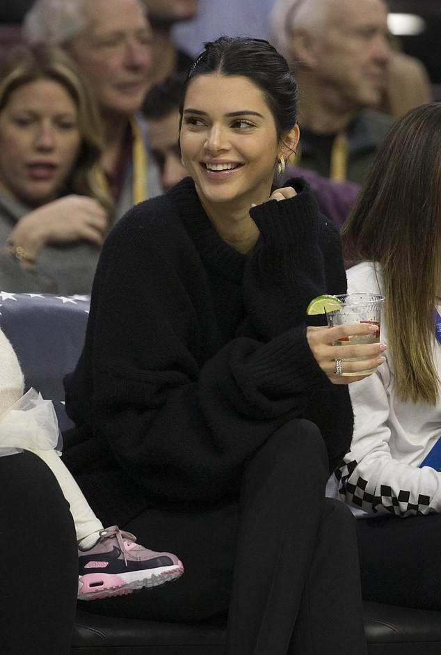 Kỳ lạ như gia đình Kardashian: Kendall Jenner tươi cười cổ vũ cho anh rể từng cắm sừng chị gái - Ảnh 2.