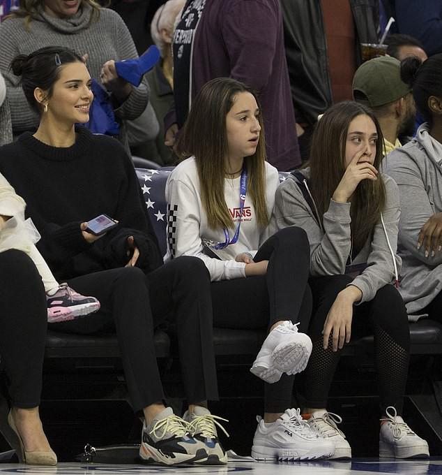 Kỳ lạ như gia đình Kardashian: Kendall Jenner tươi cười cổ vũ cho anh rể từng cắm sừng chị gái - Ảnh 5.