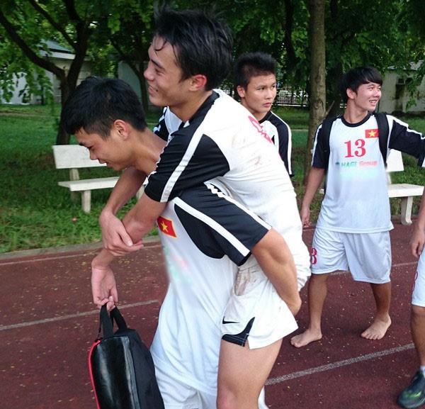 Toàn bị chấn thương trong màu áo U19 Việt Nam năm 2014, và chính Phượng cũng là người cõng anh rời sân tập Mỹ Đình. Hình ảnh của U19 Việt Nam bốn năm trước lặp lại khiến người ta cay mắt.
