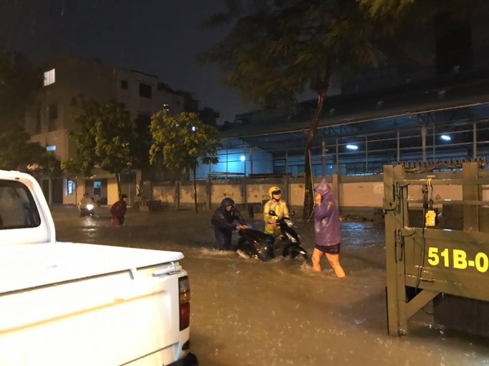 Hàng loạt xe chết máy giữa cơn mưa như trút nước ở Sài Gòn, CSGT phải dùng xe chuyên dụng cứu hộ - Ảnh 1.