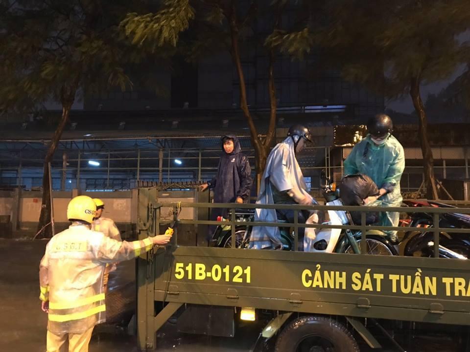 Hàng loạt xe chết máy giữa cơn mưa như trút nước ở Sài Gòn, CSGT phải dùng xe chuyên dụng cứu hộ - Ảnh 2.