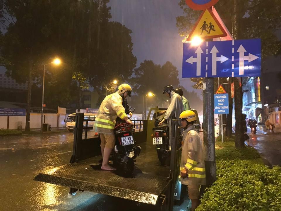 Hàng loạt xe chết máy giữa cơn mưa như trút nước ở Sài Gòn, CSGT phải dùng xe chuyên dụng cứu hộ - Ảnh 3.