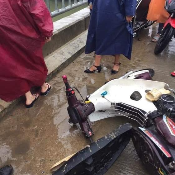 Siêu anh hùng đời thực: Thanh niên quên mình lao xuống sông cứu người không chút do dự dù trời đang mưa bão - Ảnh 1.