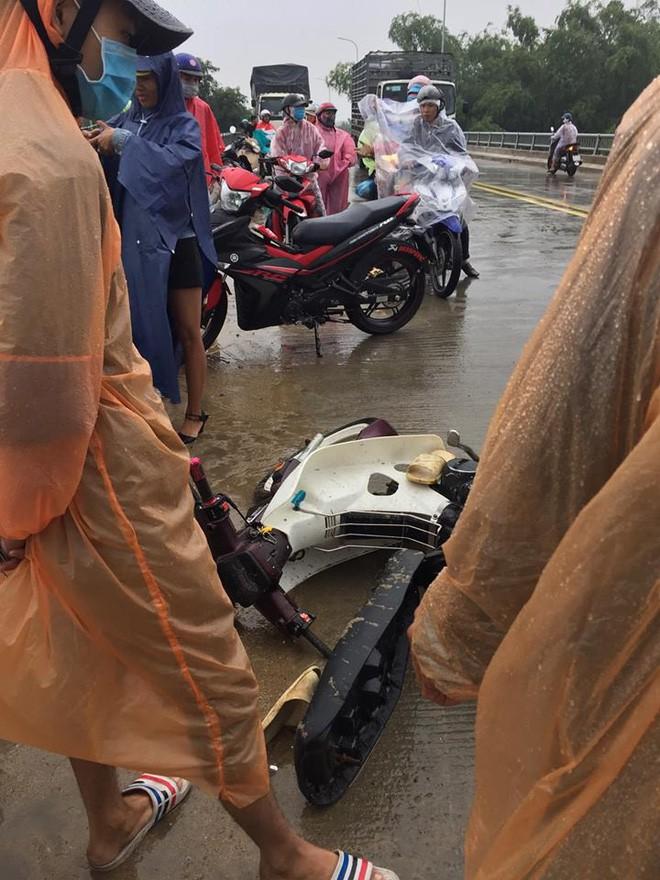 Siêu anh hùng đời thực: Thanh niên quên mình lao xuống sông cứu người không chút do dự dù trời đang mưa bão - Ảnh 3.