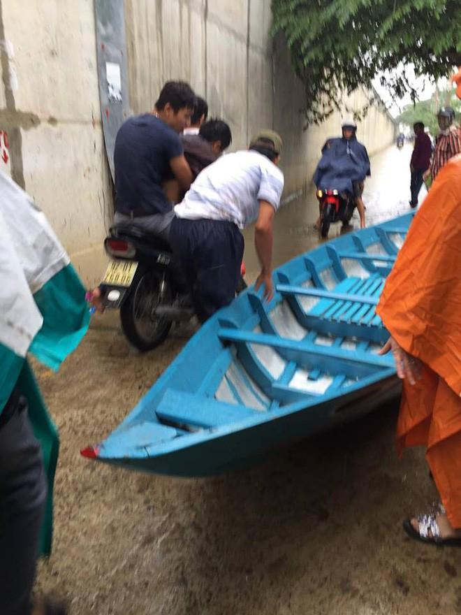 Siêu anh hùng đời thực: Thanh niên quên mình lao xuống sông cứu người không chút do dự dù trời đang mưa bão - Ảnh 4.