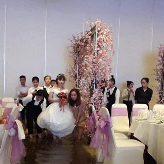 Bão số 9: Đám cưới ở Sài Gòn ngập lụt, hội trường biến thành bể bơi - Ảnh 1.