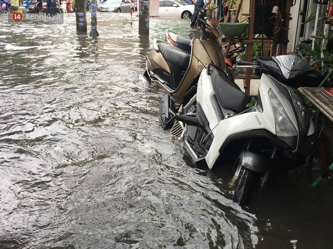 Sài Gòn ngập nặng nhiều tuyến đường sau bão số 9, dân công sở chật vật lội nước đi làm sáng đầu tuần - Ảnh 11.