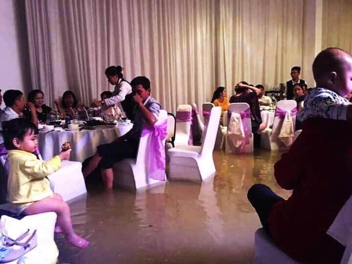 Bão số 9: Đám cưới ở Sài Gòn ngập lụt, hội trường biến thành bể bơi - Ảnh 2.